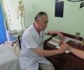 Профессор ТКМ доктор Чжан Хоу Фу проводит лечение в клинике НаньмуНан